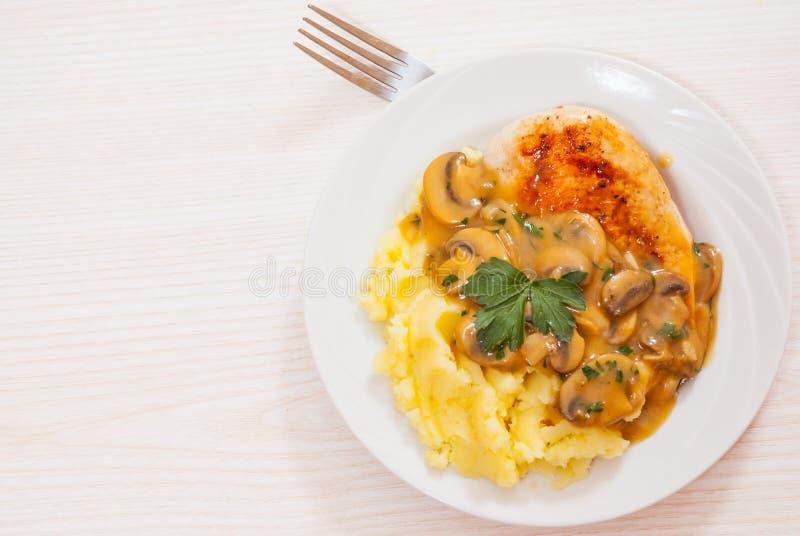 Fegt bröst med champinjonsås och den mosade potatisen royaltyfri fotografi