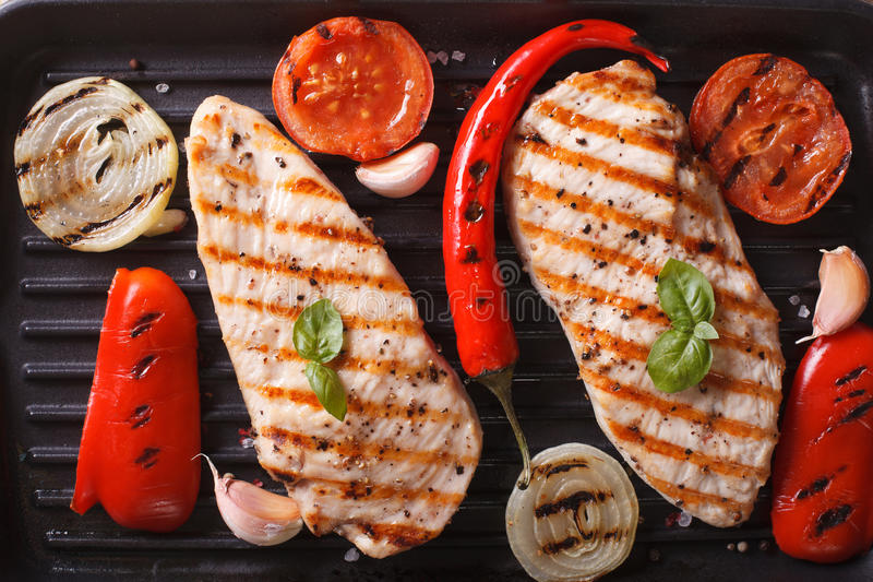 Fegt bröst med grönsaker i en bästa sikt för kastrullgaller royaltyfri bild