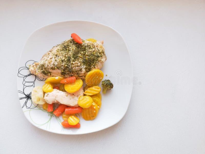 Fegt bröst med grönsaker på en platta, matställeservice, vegetarisk mat, sund mat bakat fegt bröst med brussels royaltyfri bild