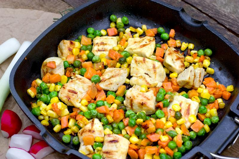 Fegt kött, fegt bröst med grönsaken i panna på tabellen arkivfoton