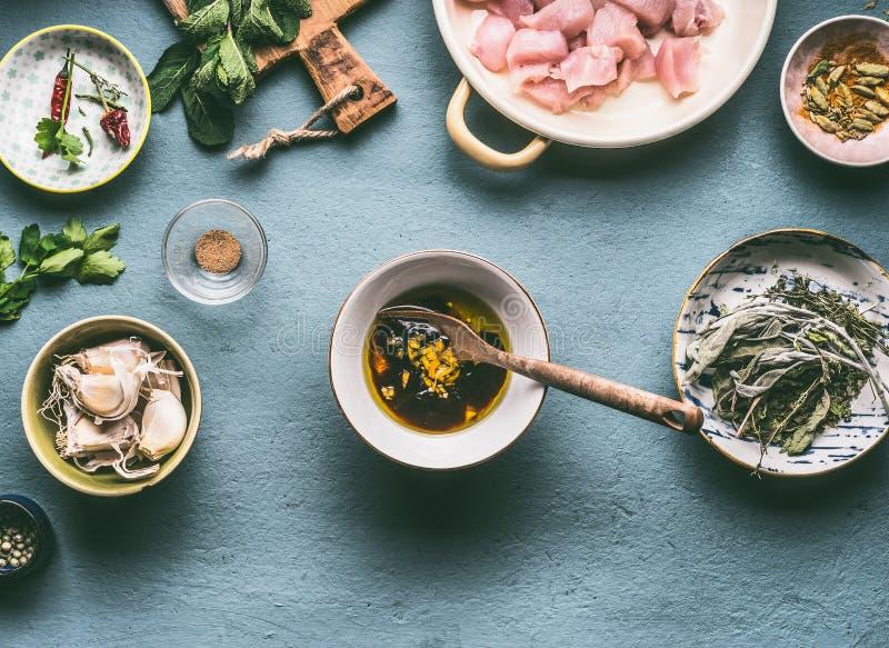 Fegt målmatlagningbegrepp Feg köttolja och soya marinerar i bunke på köksbordbakgrund royaltyfri fotografi