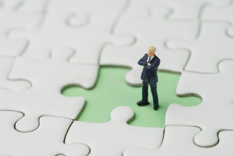 Fehlende Schlüsselperson für GeschäftserfolgStrategiekonzept, miniat lizenzfreies stockfoto