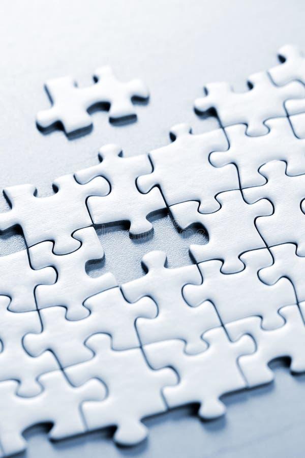 Fehlendes Puzzlespielstück stockfotos