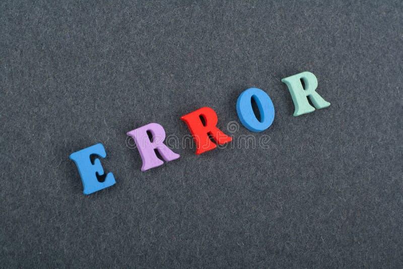 FEHLER-Wort auf dem schwarzen Bretthintergrund verfasst von den h?lzernen Buchstaben des bunten ABC-Alphabetblockes, Kopienraum f stockfoto