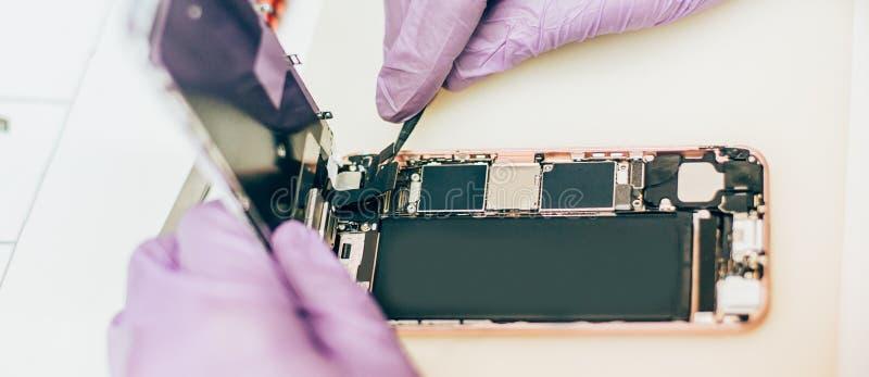 Fehlerhafter Handy der Technikerreparatur in elektronischem Smartphone t lizenzfreie stockbilder