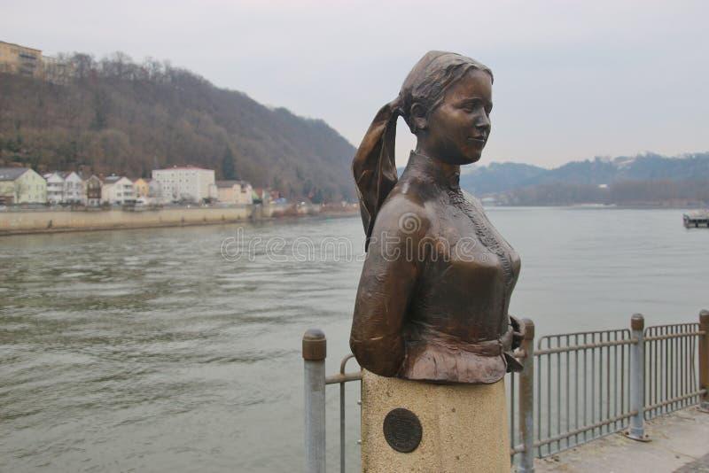 Fehlschlag des Dichters und der Hauswirtin Emerenz Meier auf dem Kai der Donaus in Passau, Deutschland stockfoto