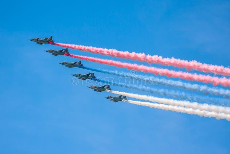 Feier des 68. Jahrestages der Victory Days (WWII). Flug von Flugzeugen über der Stadt stockfoto