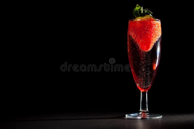 Feier-Getränk Glas funkelnder rosa Champagne-Wein mit s lizenzfreie stockfotografie