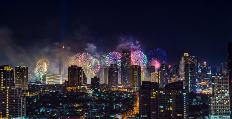 Feierfeuerwerke in der Stadt in der Nacht Ansicht vom Chao Phraya Fluss thailand lizenzfreies stockfoto
