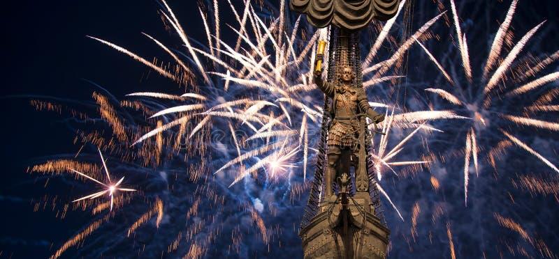 Feierliche bunte Feuerwerke und die Peter der Große-Statue, Moskau Russland stockbild