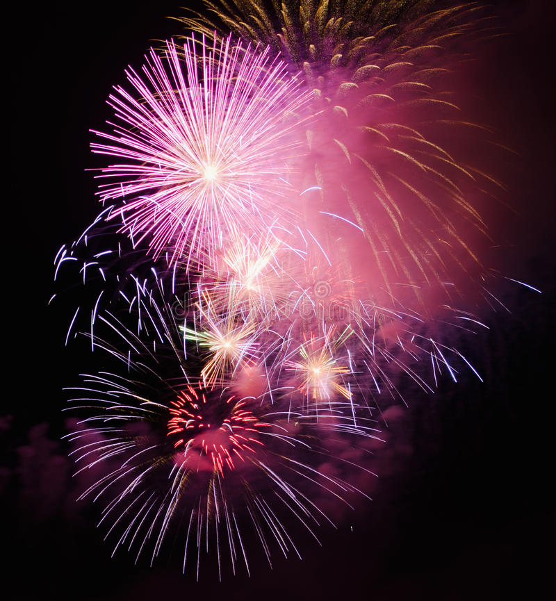 Download Feierliche Feuerwerke stockfoto. Bild von leuchte, unterhaltung - 26363596