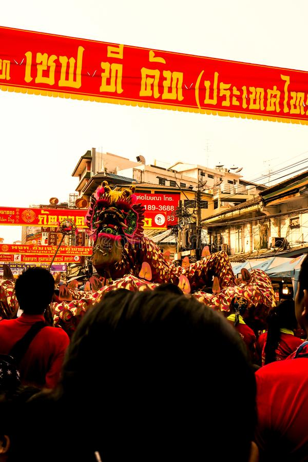 Feiern des Chinesischen Neujahrsfests, chinesische Lion Dragon Dance Chinese Lunar New Jahr-Parade Bangkoks Thailand 2018 lizenzfreies stockbild
