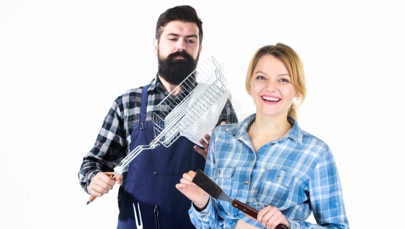 Feiern ihrer Freundschaft Werkzeuge f?r Bratenfleisch B?rtiger Hippie und M?dchen des Mannes vorbereitung Vater und Kinder mit Fa stockfoto