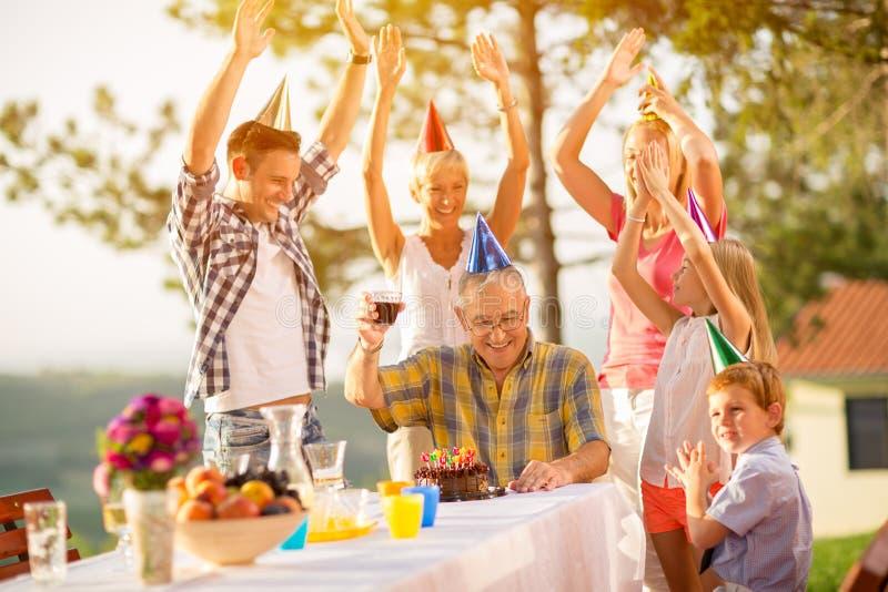 Feiern Sie den Geburtstag des Großvaters stockfotos