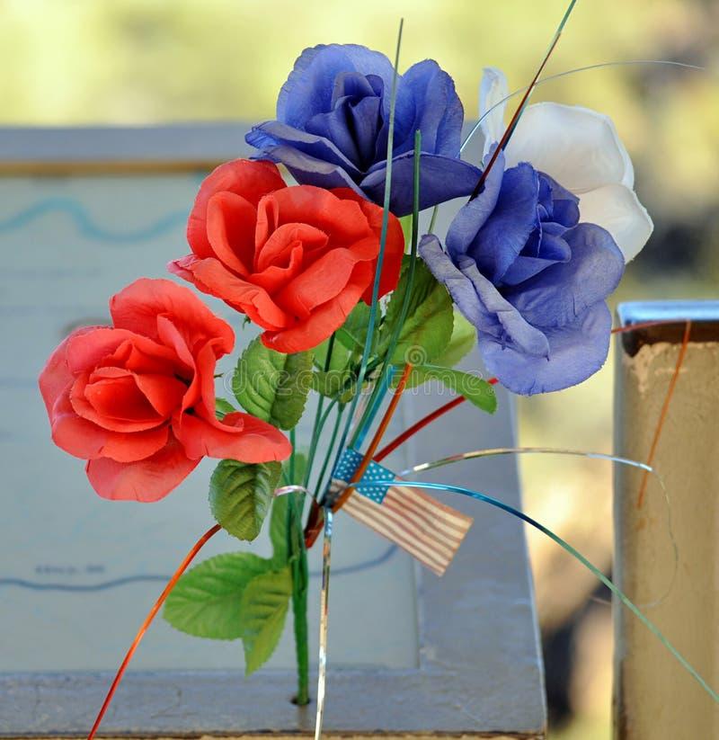 Feiern Sie einen Feiertag mit Blumen lizenzfreie stockfotos