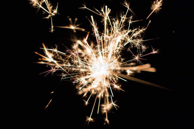 Feiern Sie kleine Feuerwerke der Parteiwunderkerze auf schwarzem Hintergrund lizenzfreie stockfotos