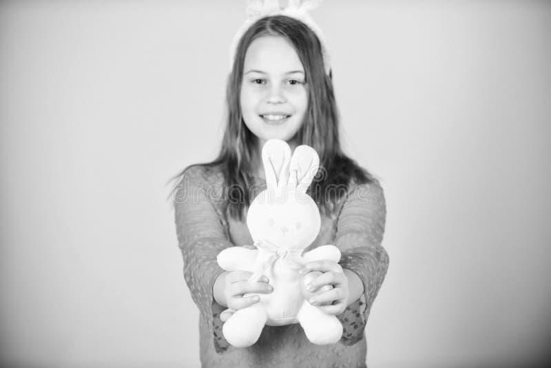 Feiern Sie Ostern Gl?ckliche Kindheit Ostern-T?tigkeiten f?r Kinder Kleines M?dchen des Feiertagsh?schens mit den langen H?scheno stockbilder