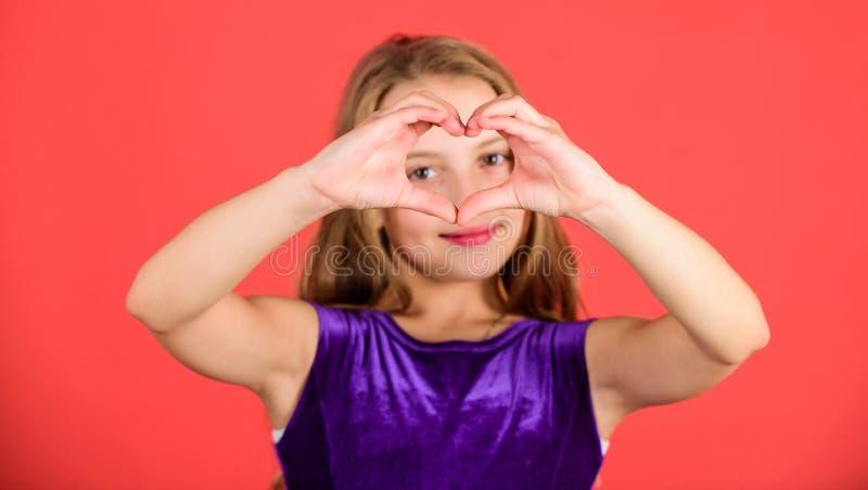 Feiern Sie Valentinsgruß-Tag Liebe und Sympathie Zu küssen Mann und Frau ungefähr Show-Herzens des Mädchens geformtes Handzeichen lizenzfreie stockbilder