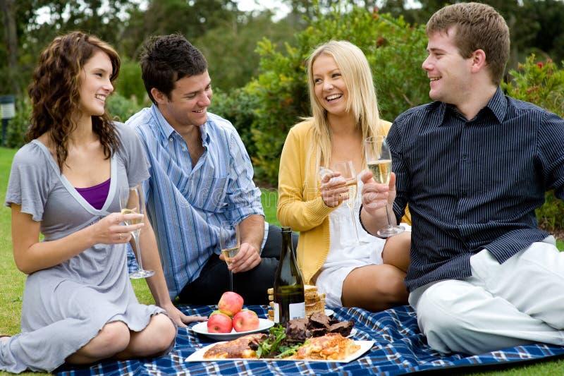 Feiernde Freunde lizenzfreies stockfoto