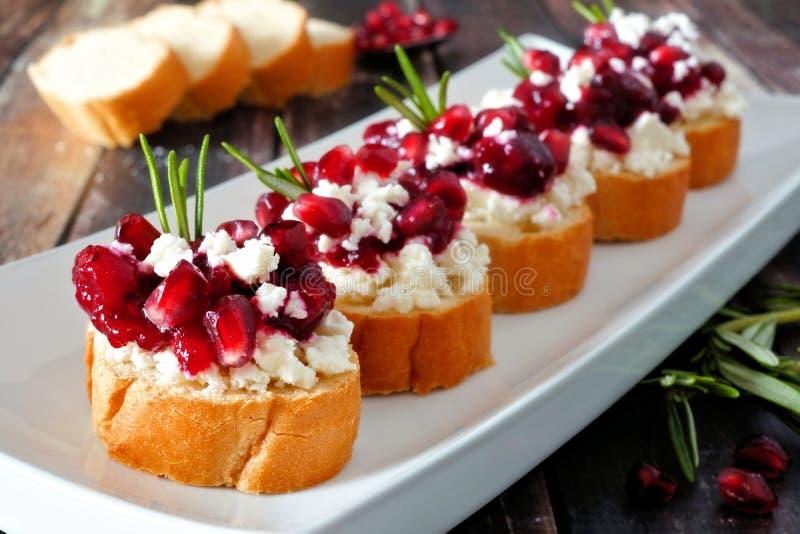 Feiertag crostini Aperitifs mit Moosbeeren, Granatäpfeln und Feta, Abschluss herauf Tabellenszene stockfotos