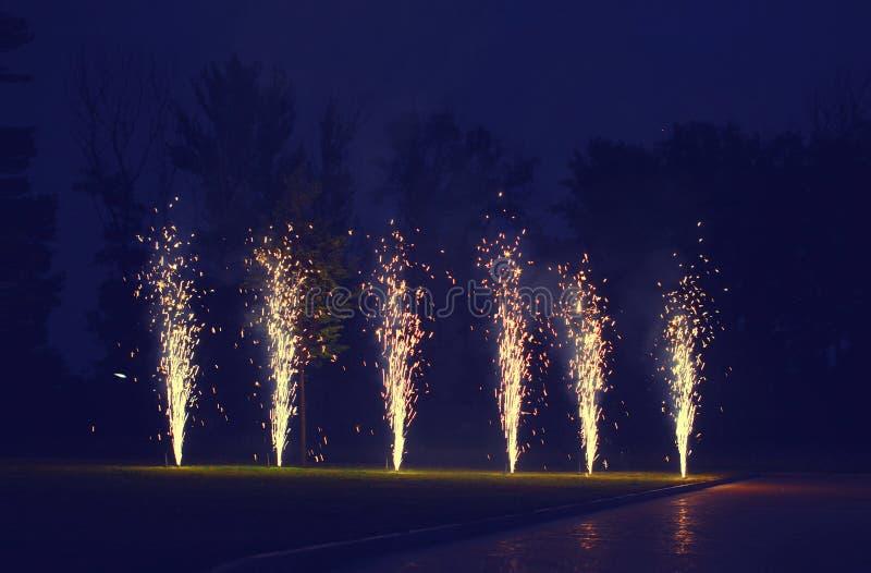 Feiertage, Feierkonzept - viele Feuerwerke auf dem Boden über Abendhimmel lizenzfreie stockfotografie