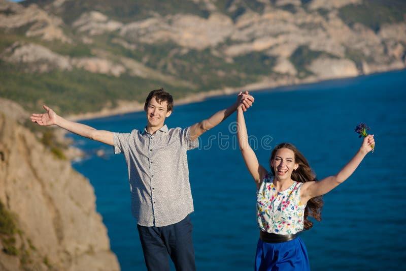 Feiertage, Ferien, Liebe und Leutekonzept - glückliches lächelndes Jugendpaar, das Spaß am Sommerpark hat stockbilder