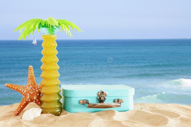 feiertage nautisch, Ferien und Reisebild mit Seelebensstilsgegenständen im Strandsand stockbilder