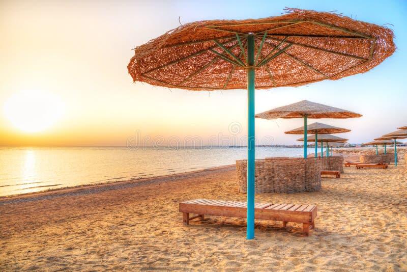 Feiertage unter Sonnenschirm auf dem Strand stockfotografie