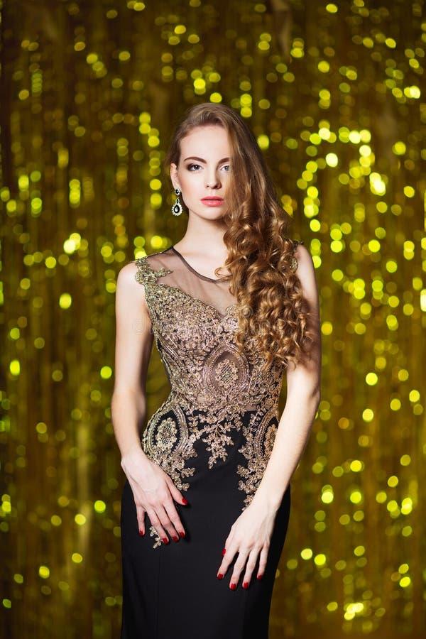 Feiertags-, Feier- und Leutekonzept - junge lächelnde Frau im eleganten Kleid über festlichem Innenhintergrund lizenzfreie stockfotografie