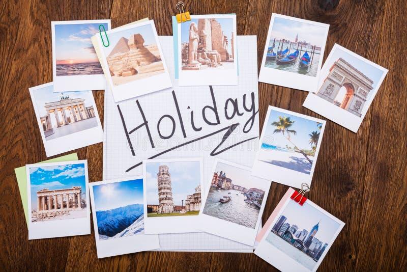 Feiertags-Fotos auf hölzernem Schreibtisch stockbild