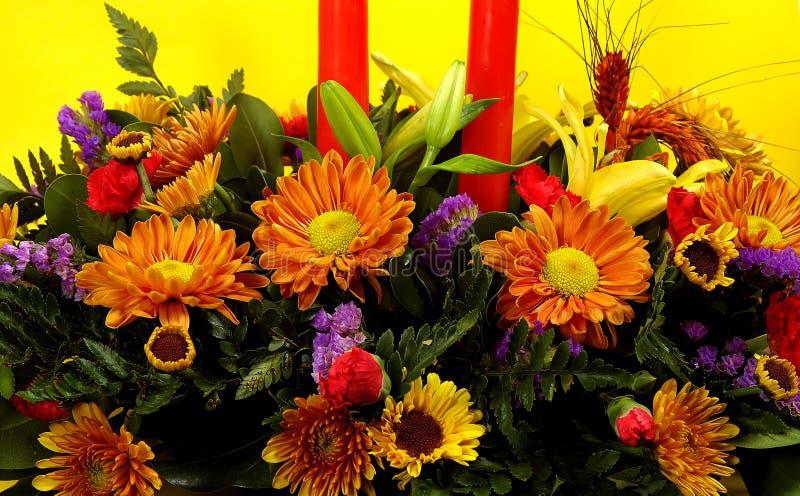 Feiertags-Tabellen-Blumen lizenzfreie stockfotos