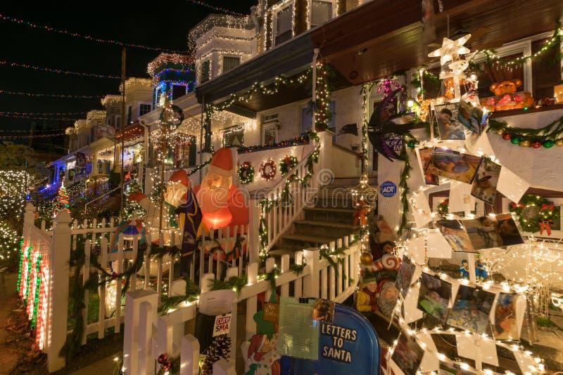 Feiertags-Weihnachtslichter auf Gebäude in Hampden, Baltimore Mary stockfotos
