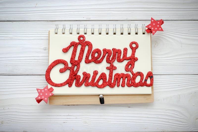 Feiertagsdekorationen und -notizbuch mit Text: Fröhliches Cristmas lizenzfreies stockfoto
