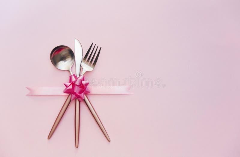 Feiertagsgedeck mit Tischbesteck Minimales modernes Konzept lizenzfreie stockfotografie