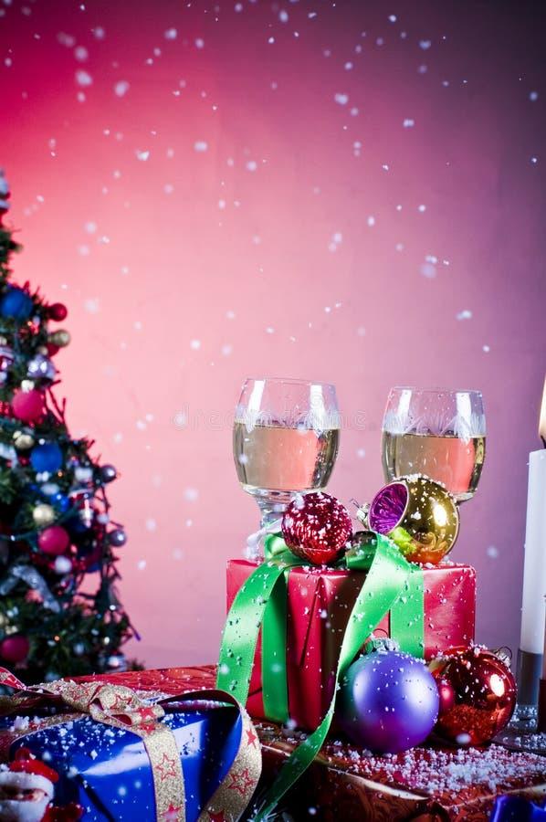 Feiertagsgeschenke und Weingläser stockfotografie