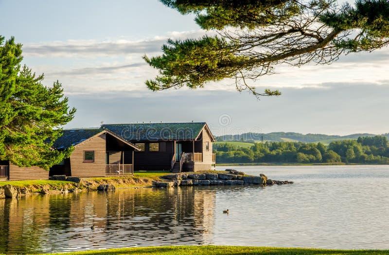 Feiertagshäuschen durch einen See lizenzfreies stockfoto