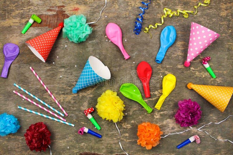Feiertagshüte, Pfeifen, Ballone stockbilder