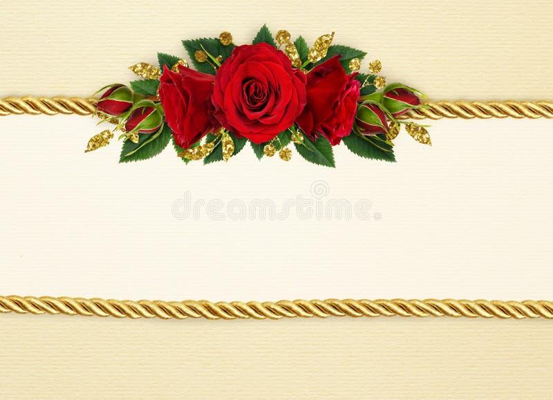 Feiertagshintergrund mit Rotrose blüht Dekoration und goldenes r lizenzfreie abbildung