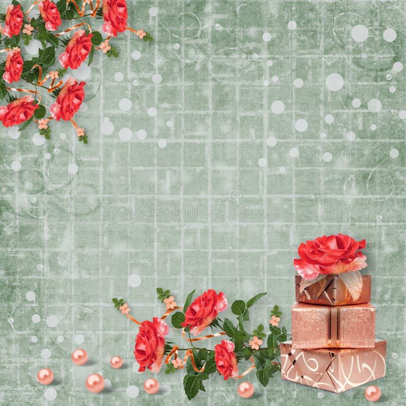 Feiertagskarte mit Geschenkboxen, Perlen und Blumenstrauß von schönen roten Rosen auf Grünbuchhintergrund stockfoto