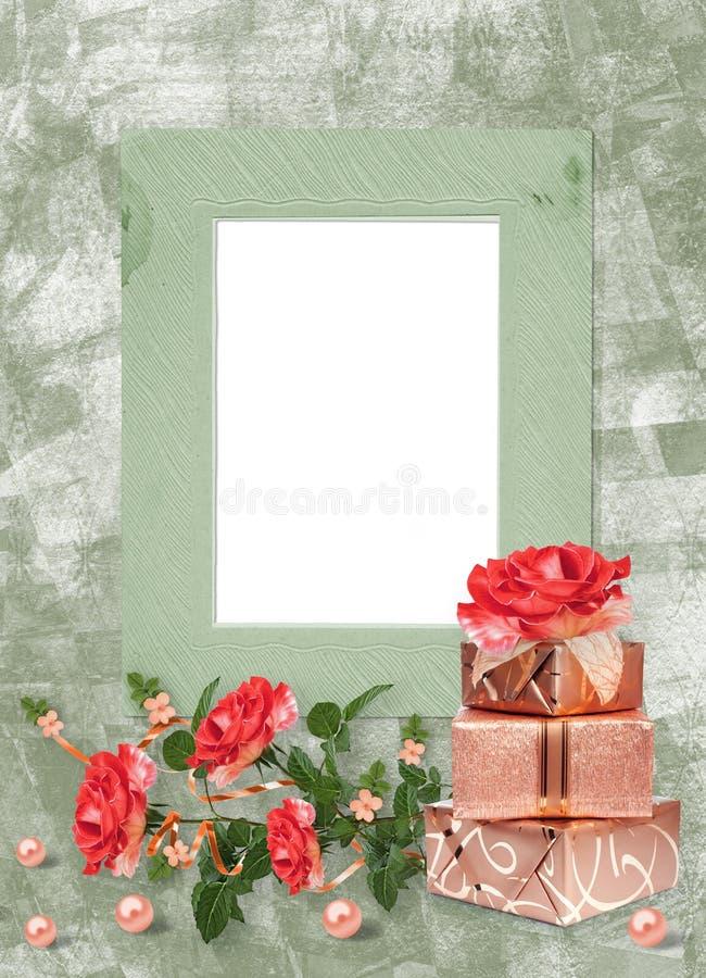 Feiertagskarte mit Geschenkboxen, Perlen und Blumenstrauß von schönen roten Rosen auf Grünbuchhintergrund stockfotos