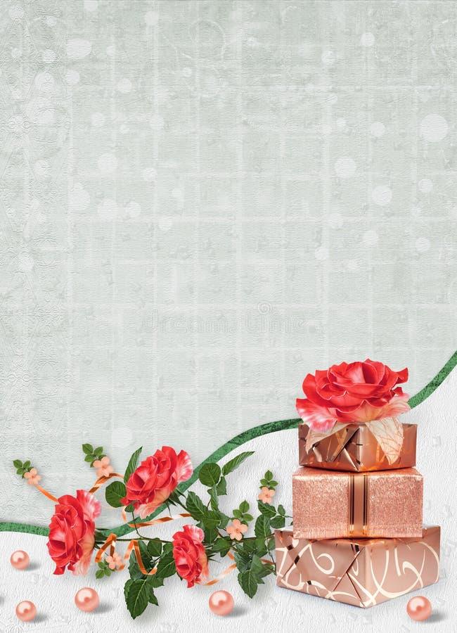 Feiertagskarte mit Geschenkboxen, Perlen und Blumenstrauß von schönen roten Rosen auf Grünbuchhintergrund stockfotografie