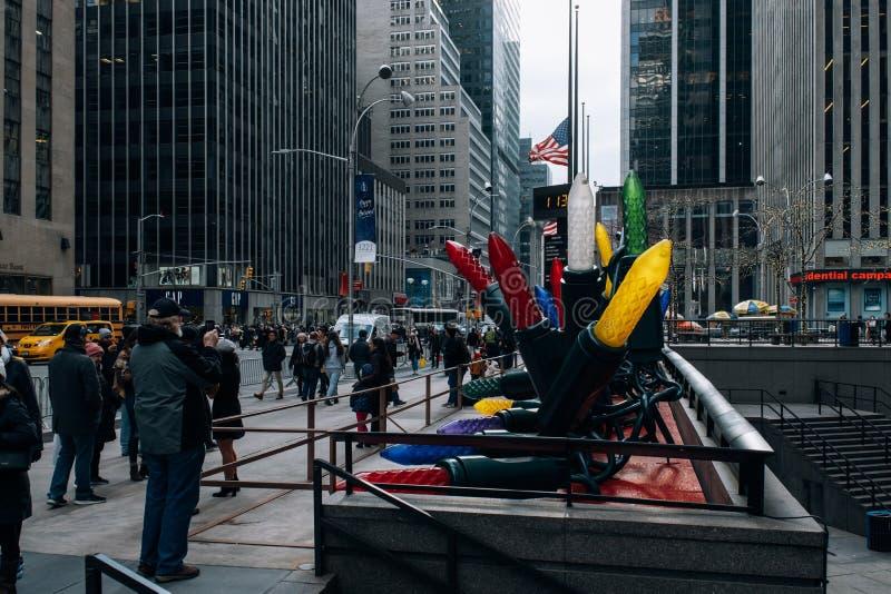 Feiertagslicht und Straßenbild des Rockefeller Center im Midtown Manhattan lizenzfreies stockfoto