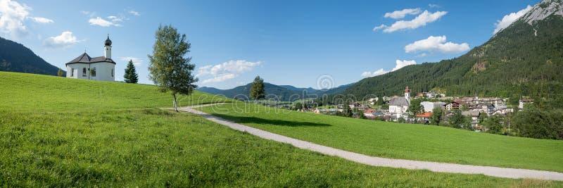 Feiertagsplatz achenkirch, sonnige Sommerlandschaft Österreich stockbilder