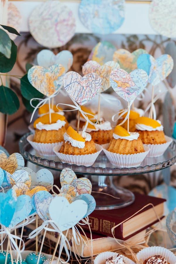 Feiertagsschokoriegel Kleine Kuchen mit Sahne und Früchte verziert mit Herzen lizenzfreie stockfotografie