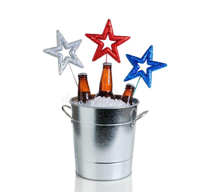 Feiertagssterne und Eimer Eis und kaltes Bier auf weißem backgroun lizenzfreies stockfoto