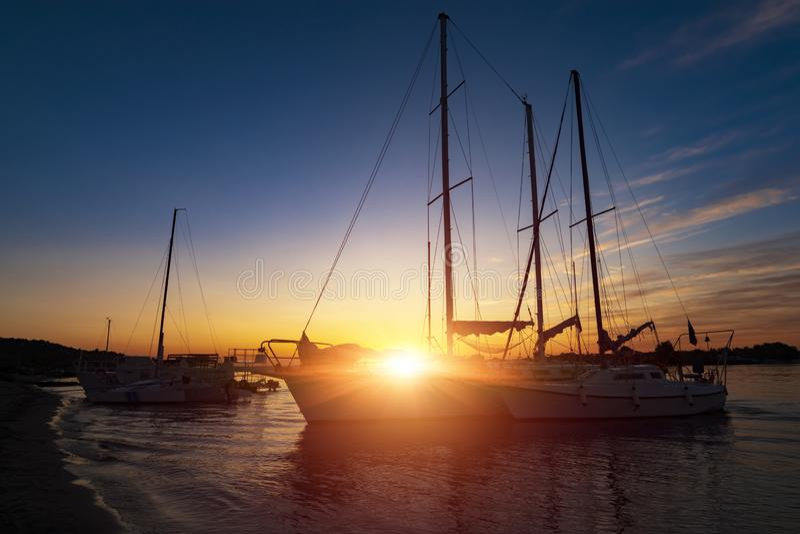 Feiertagsurlaubsreisekonzept: Feiertagsferiensonnenuntergangsonnenaufgang Segelboot Yacht am Kai Nautisch, Entspannung lizenzfreie stockfotografie
