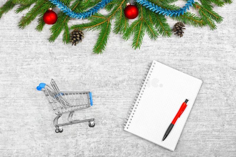 Feiertagsvektorabbildung mit Umschlag, Papier, Tanne und Stechpalme Tannenzweige und Kiefernkegel, Bälle auf weißem hölzernem Hin stockbild