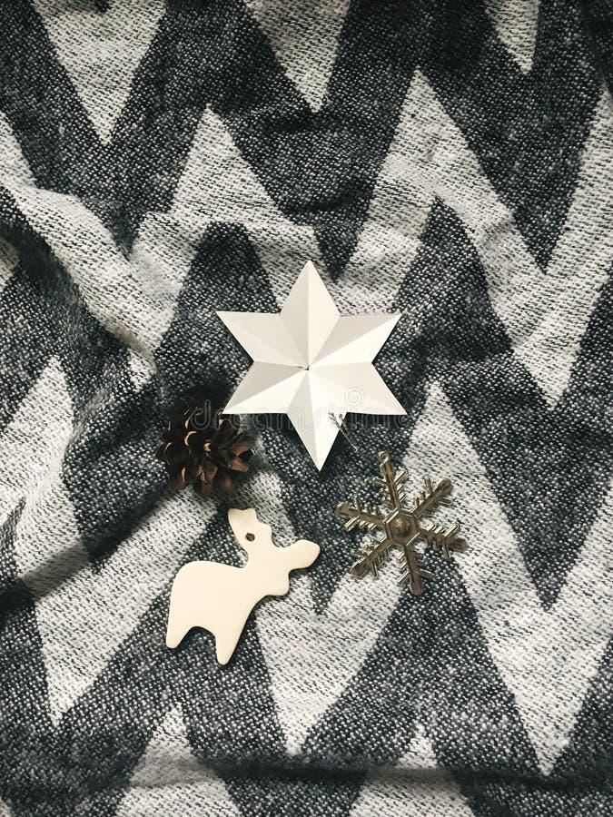 Feiertagsverzierungen, stilvolles Weihnachtsren, Stern, Schneeflocke zu lizenzfreie stockbilder