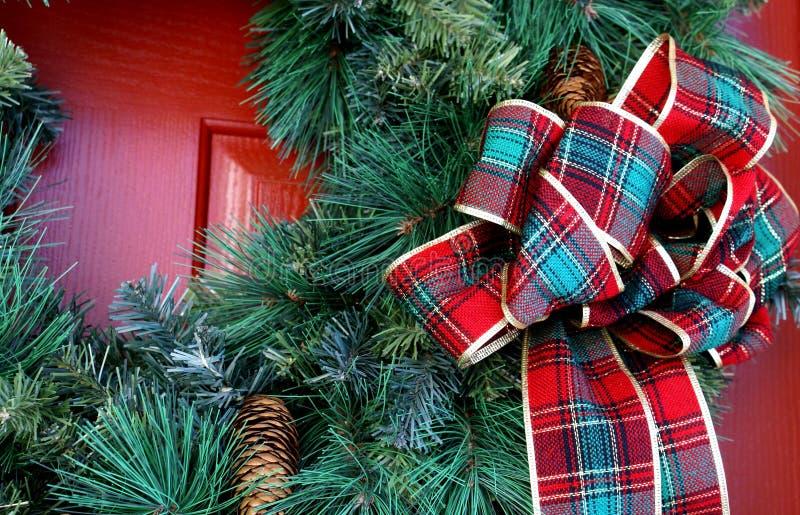 FeiertagWreath verziert mit Farbband lizenzfreie stockfotografie