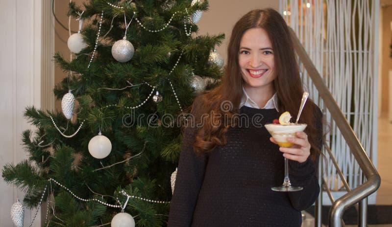 Feierunternehmensmädchen des neuen Jahres mit lizenzfreies stockfoto
